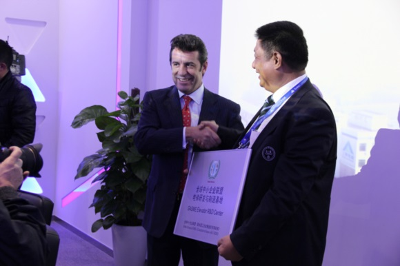 "Mr. Carlos Magariños is awarding Sanei the title of ""GASME Elevator R&D Center"""