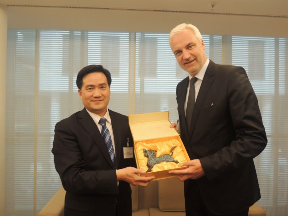 Mr. Frank Cao, Secretary-General is presenting a gift to Mr. Garrelt Duin