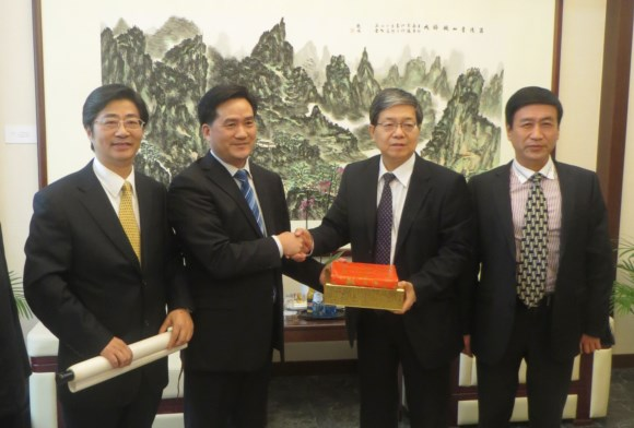 The delegation leader is presenting a gift to Mr. Wen Zhenshun, Consul-general of China in Frankfurt